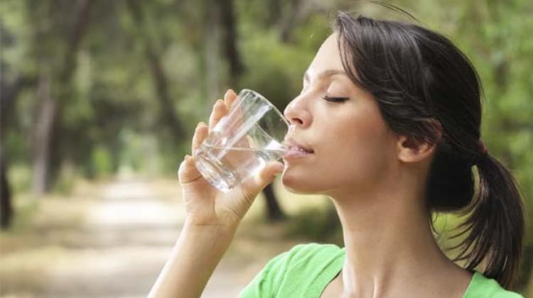 Güneş çarpmasının kalkanı: Bol su içmek